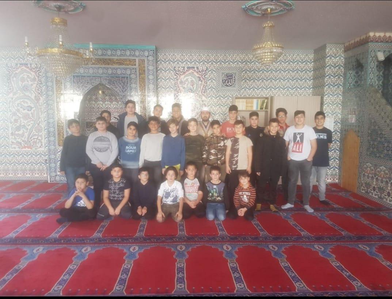 Öğrencilerimiz Din Görevlimiz Ahmet DEMİRCİ Hocamız ile birlikte